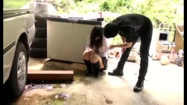 【JKエロ動画】真面目そうな美人JKを外でスッポンポンにさせて調教する