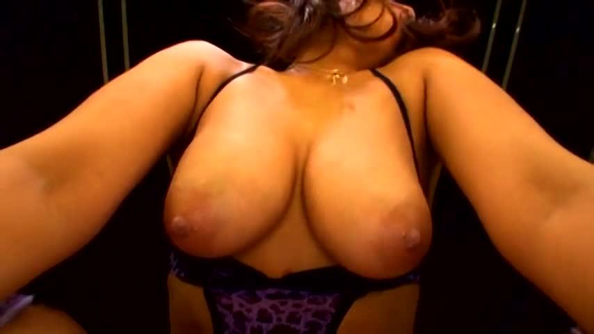 【ギャルエロ動画】男にマンコ舐められながら自分で自分の巨乳舐める淫乱ギャルw