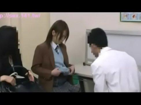 医師が診察にきた女子校生に中出し