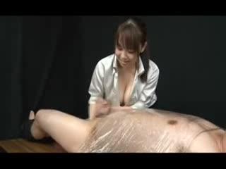 【javynow】ラッピング拘束されてる竹田を無理やり手コキで起こすドS痴女