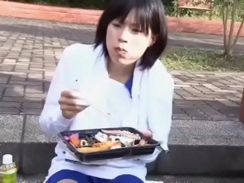 【javynow】ロケ弁食事中の陸上部系美巨乳少女、青山沙希にウインナーを差し出す