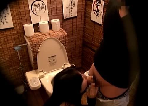 居酒屋のトイレで女友達とセックスしてる様子を盗撮