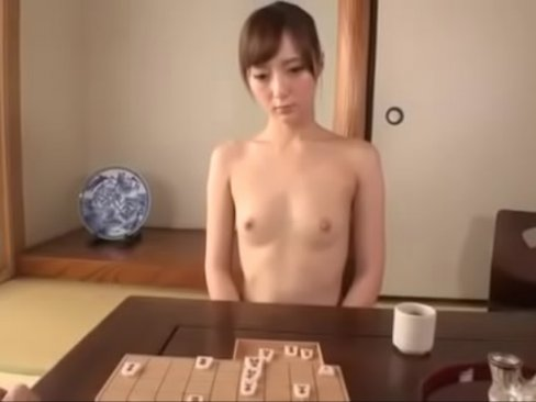 裸で家事をする人妻