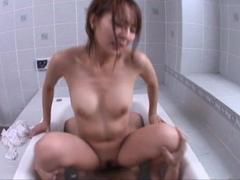 【javynow】「(精子)美味しいぃ」狭い浴槽で素人お姉さんが濡れシャツ着衣のまま主観生ハメ