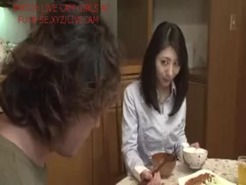 【痴女】美人妻が男を誘惑しセックス→顔射フィニッシュ!