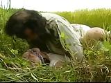 戦場で兵士に見つかる人妻→性欲処理のはけぐちとして草むらでレイプ被害