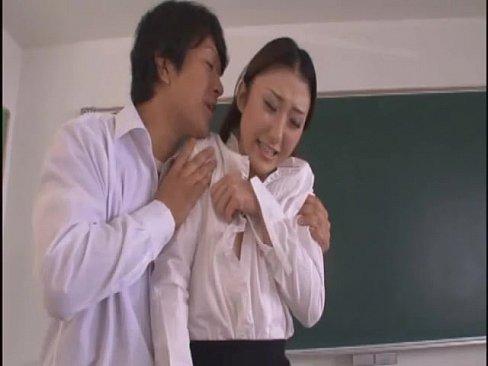 教室で男子生徒の餌食になった巨乳女教師を見ていた男の先生も仲間入り