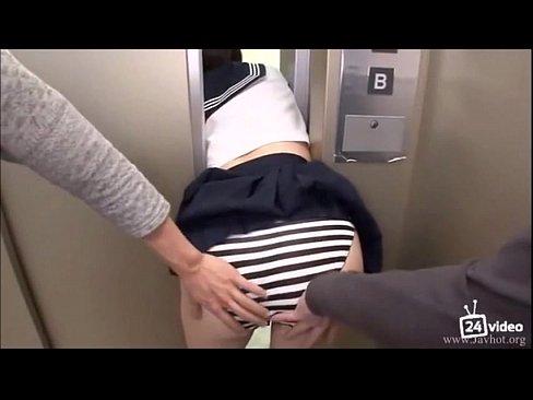 地震で止まったエレベーターに挟まれて男からレイプされるJK