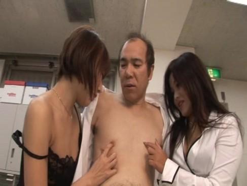 モイキ~なオヤジを痴女2人が乳首責めしてチンコの争奪戦を繰り広げてカオスww