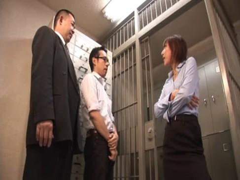 【巨乳】「今月成績やばいよ!!」2人の男性社員をタキつけ女上司が逆レイプでセックス奉仕