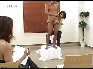 ガチムチ系の男性ヌードモデルに手コキ悪戯する痴女たち