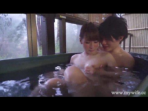 素人妻と不倫旅行先にあった五右衛門風呂の狭い空間でSEX