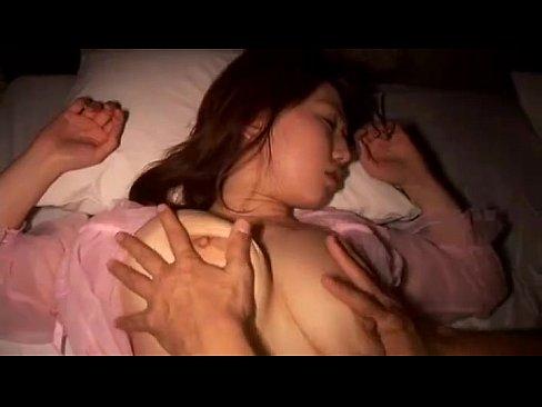 【お姉さん】ピンクの透け透けネグリジェで寝ていた巨乳お姉さんをデカチン男が夜這いする