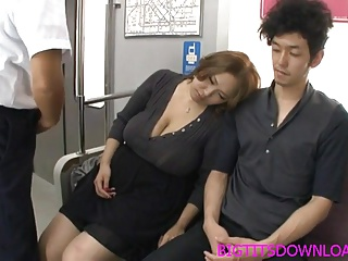 某電車の車内風景→眠気に襲われた人妻熟女…隣人にもたれかけたら巨乳を揉まれ…