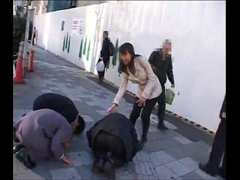 【ナンパエロ動画】街行く熟女に土下座までしてナンパした結果、奥さん絶叫w