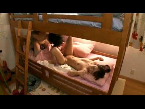 2段ベッドという閉鎖空間がエロさを引き立てるSEX