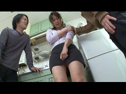 「中に出さないでくださぃ!」団地妻が男達にレイプされ中出しされてしまうw