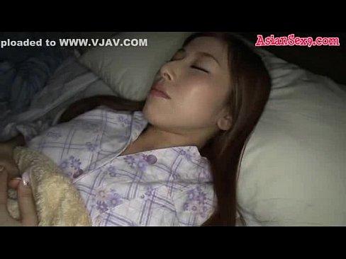 眠っている巨乳妻を夜這いしパイズリで抜いてもらうw