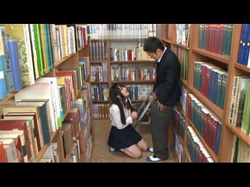 清純な顔してドビッチな図書委員女子高生がパンチラで誘惑→勃起した男子生徒と校内ハメ!