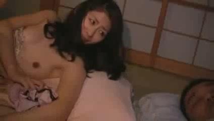 美人すぎる母に欲情して夜這い→旦那が寝ている横で息子チンポにヨガる人妻