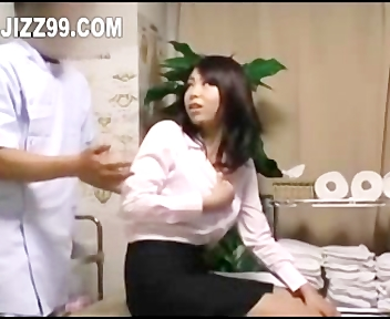 仕事の休憩時間に軽くマッサージに来た素人OLさんを巧みに洗脳し生ハメする施術師