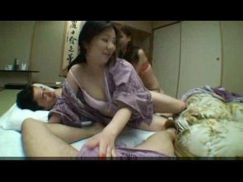 【熟女エロ動画】巨乳の美熟女達と温泉旅行で乱交しちゃうw