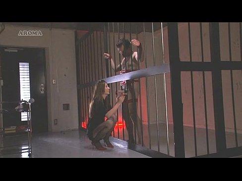 牢屋に収監されてる男を縛りつけ女看守が手コキ責め