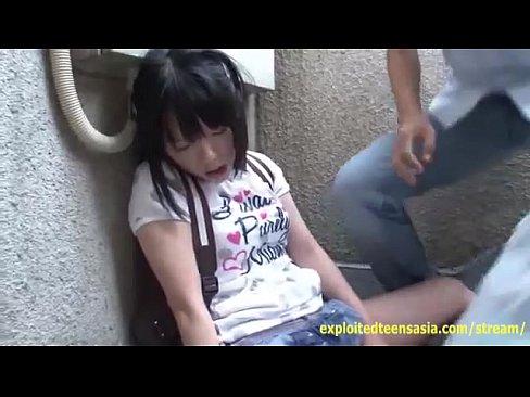 童顔の貧乳美少女をヒィヒィ泣かせる