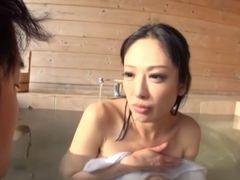 夫妻溫泉で男が人妻にたっぷり中出しセクロス