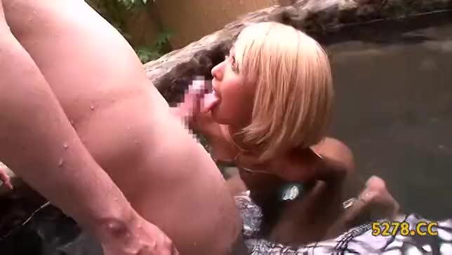 露天風呂で中出しセックスしちゃう黒ギャル!
