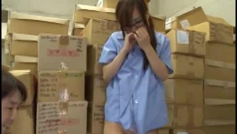 パートの美人妻が同僚に狙われ集団レイプ→大量顔射!