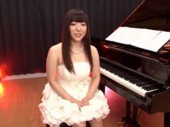 ピアニストのむっちり美少女がピアノの前でSEXする!