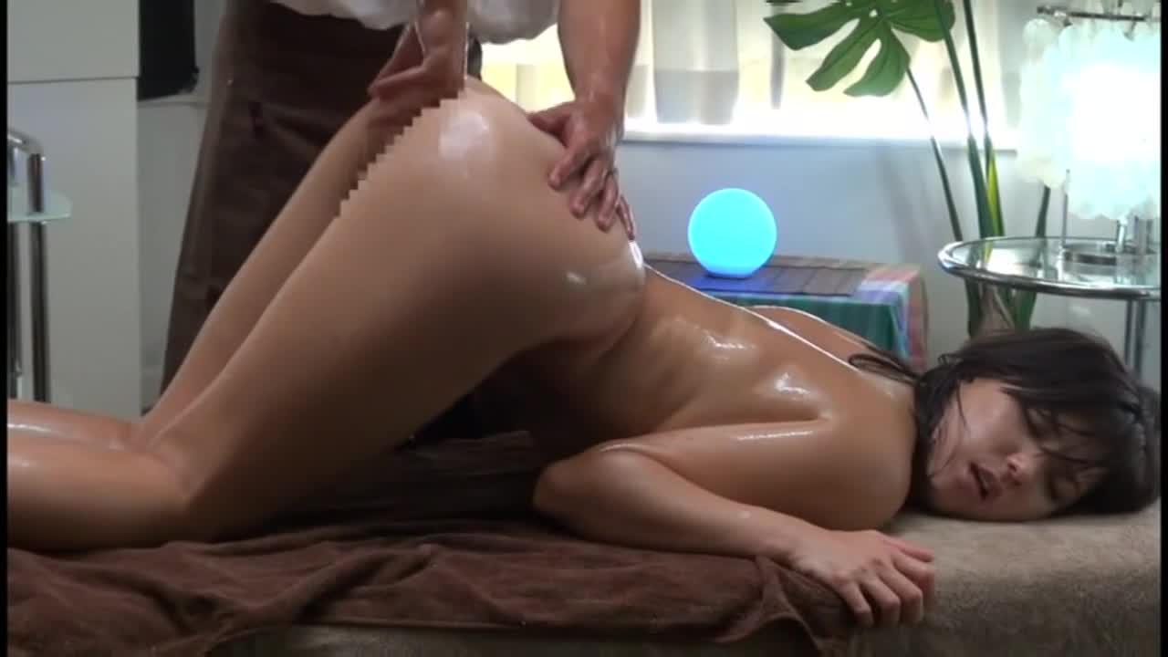 エロボディの美女がオイルマッサージで性欲爆発させる!