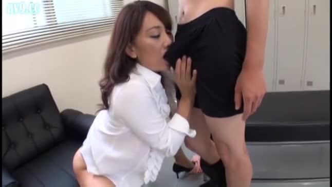 性欲の強い美熟女教師が生徒と大人の授業する