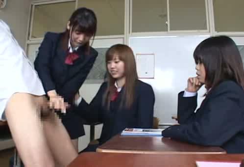 初めて見るおちんちんに女子校生が興味もってお掃除フェラする