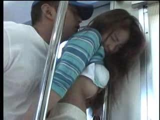 電車の中で痴漢にハメられて結局快楽に負ける人妻ちゃん