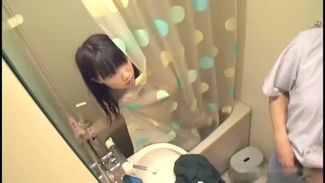 ユニットバスで入浴中の親戚の女の子⇒小便してたら誘惑された僕