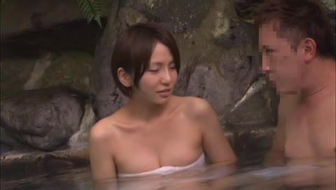 混浴で20cmのチンポを探し出すミッションに挑んだお姉さんの末路www
