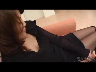 旦那が寝ている真横で男を誘惑して手マンでイキ狂う美人妻