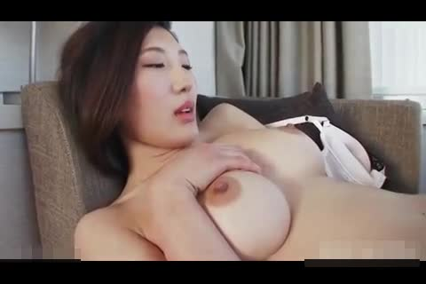 人妻動画:美乳で綺麗な身...