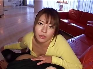 男を自宅に招いては誘惑して着衣パイズリで搾り取る爆乳痴女!