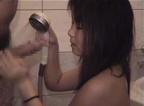 可愛いくて純朴な女の子がバスルームでフェラ抜き!