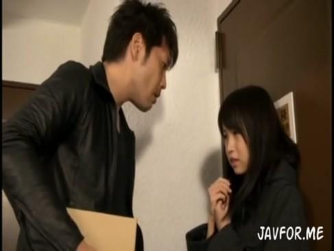 隣人の怖いお兄さんに脅されて自宅でレイプされる気弱なJK