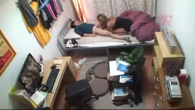 突然泊まりに来た同級生にオナニーしてるのバレてベッドに誘われる羨ましい男