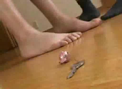 スタイル抜群の美人妻がナイフで脅かされ立ちバックで犯される