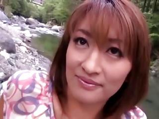 不倫妻と河原で野外セックス