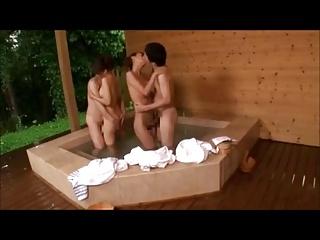 青木美空青木玲美人のかあちゃんと温泉旅館に来たら楽しみの露天風呂でまさかの交換スワッピングが始まった
