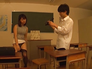 放課後の教室で男子生徒を誘惑して足コキで性教育するパンスト痴女教師