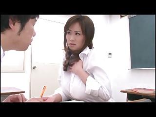 美巨乳女教師が男子生徒を誘惑して教室でパイズリ→ザー汁搾り取り