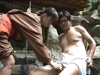 露天風呂で客の勃起チンポを挿入されて痙攣絶頂する巨乳仲居さん